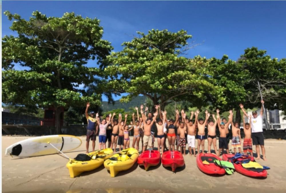 As crianças praticaram stand up paddle e andaram de caiaque - Foto: Divulgação/PMSS