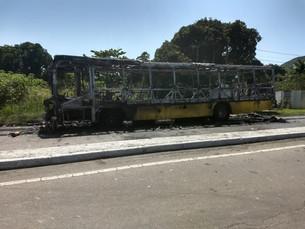 Ônibus fica destruído após pegar fogo na rodovia Rio-Santos em São Sebastião