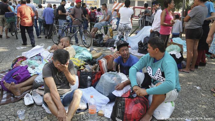 Os sobreviventes agora agrupam-se e recebem doações a cem metros do local do incêndio