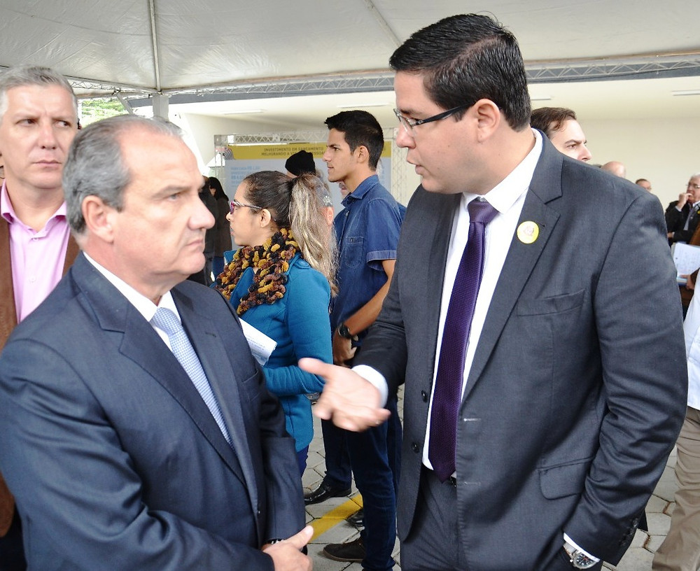 Prefeito Aguilar Junior conversa com o secretário de Segurança Pública, Mágino Alves Barbosa Filho (Foto: Acácio Gomes/PMC)