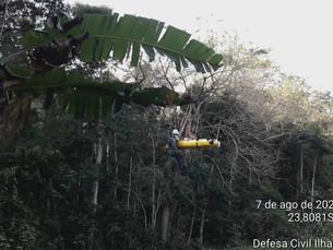 Bombeiros de Ilhabela resgatam rapaz que se acidentou na cachoeira do Bananal