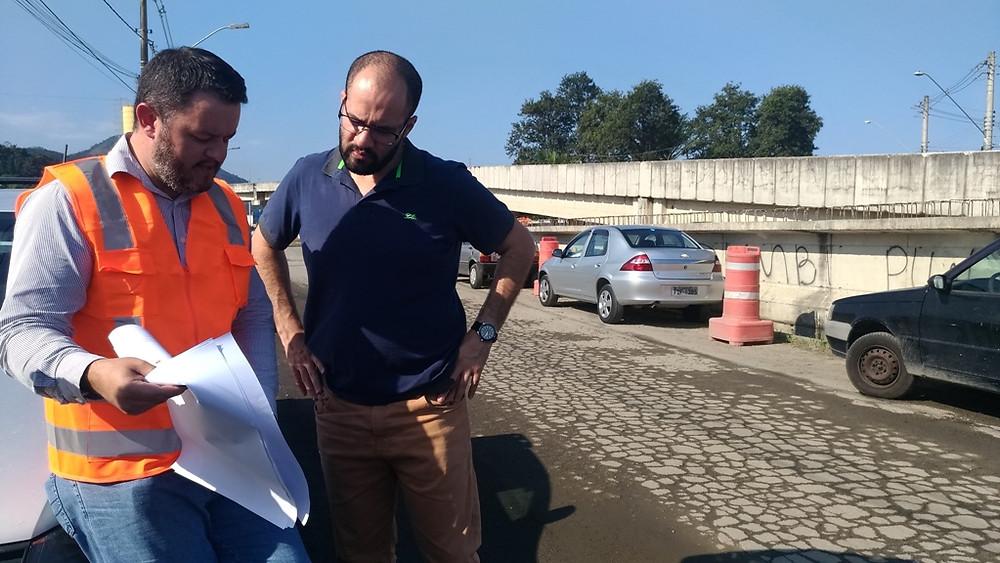 Funcionários da Queiroz Galvão em serviço - Foto: Mayara Peixoto / PMC