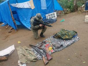 Espingardas, munições e facão são apreendidos em rancho após denúncia de desmatamento em Angra dos R