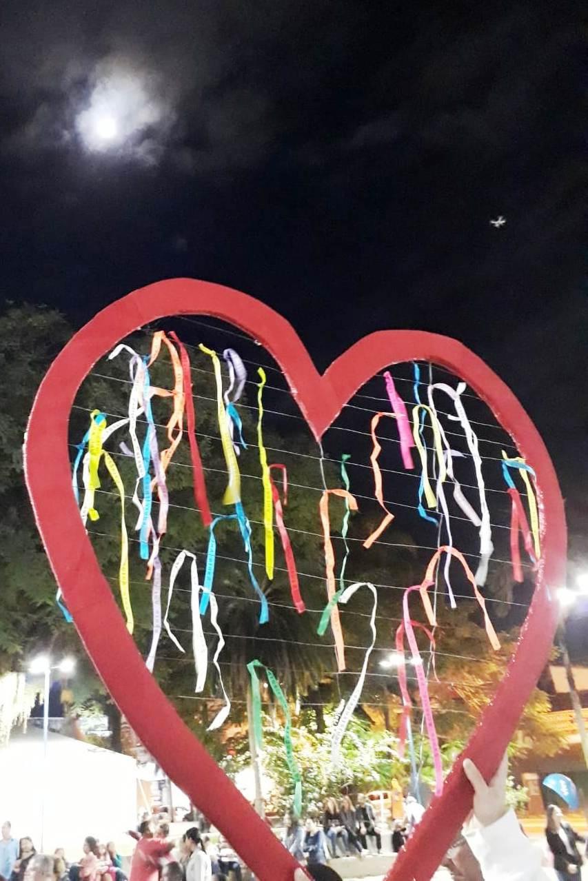 Coração solidário exposto com as flâmulas devocionais - Foto: Divulgação/PMC