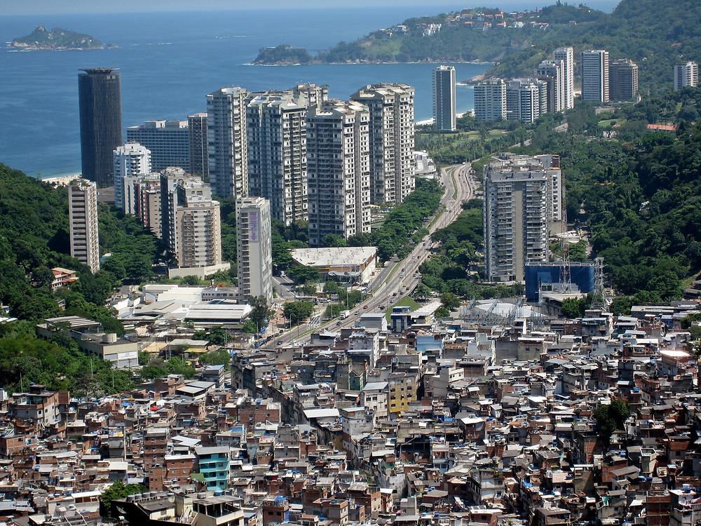 Vista do bairro de São Conrado, no Rio de Janeiro, com a Rocinha em primeiro plano. Foto: Wikimedia/Alicia Nijdam