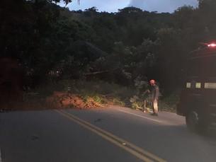 Rodovia Rio-Santos volta a ser interditada após novas quedas de barreira em São Sebastião