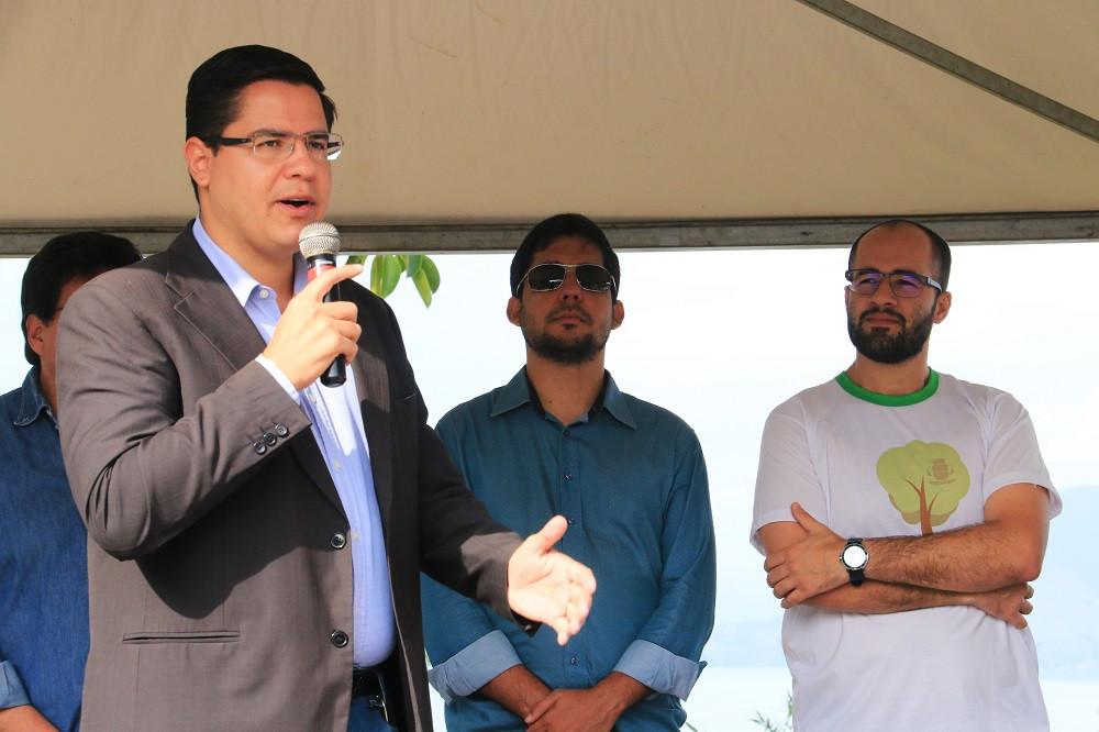 Prefeito de Caraguatatuba Aguilar Junior em discurso (Luis Gava/PMC)