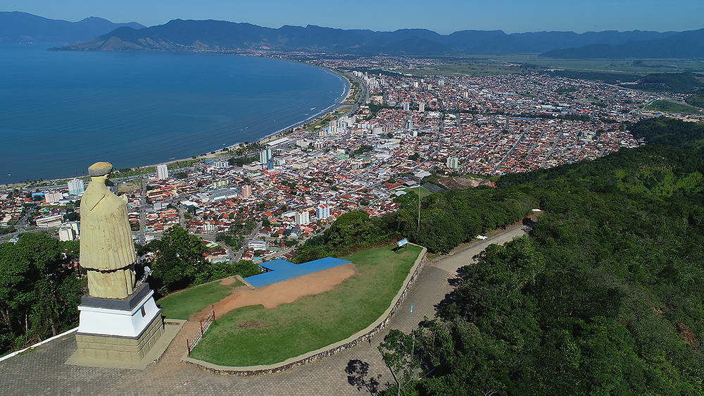 Foto aérea do Morro Santo Antonio, com a imagem de Santo Antonio de costas e vista parcial das regiões centro e Sul da cidade, além de parte da mata que cobre o morro (Foto: Cláudio Gomes/PMC)