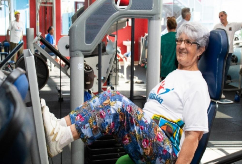Idosa se exercitando - Foto: André Santos/PMSS