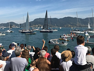 Tradicional desfile de barcos da Semana de Vela é atração no Race Village de Ilhabela