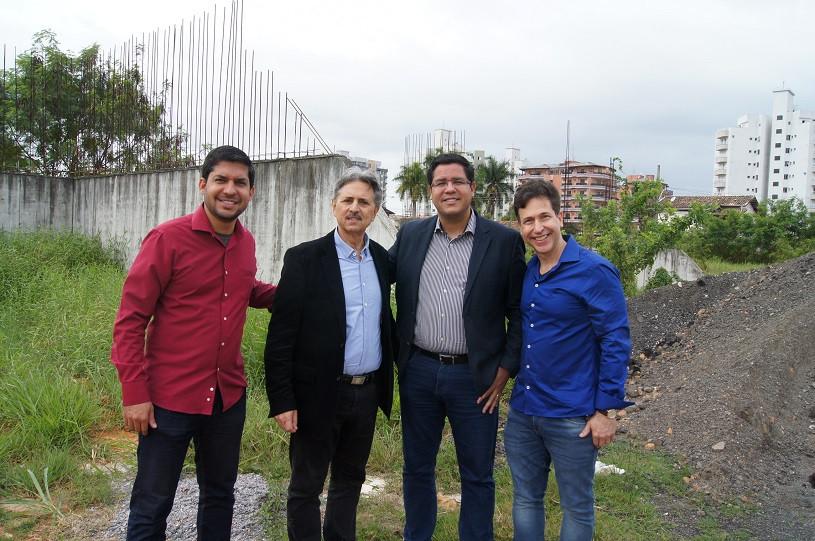 #PraCegoVer: Prefeito Aguilar Junior ao lado do presidente da câmara, Tato Aguilar, vereador Aurimar Manzano e Luiz Souto Madureira posando para foto.