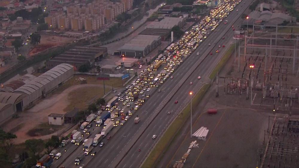 Congestionamento na Rodovia Fernão Dias, na chegada em São Paulo, por causa de manifestação de caminhoneiros (Foto: Reprodução/TV Globo)