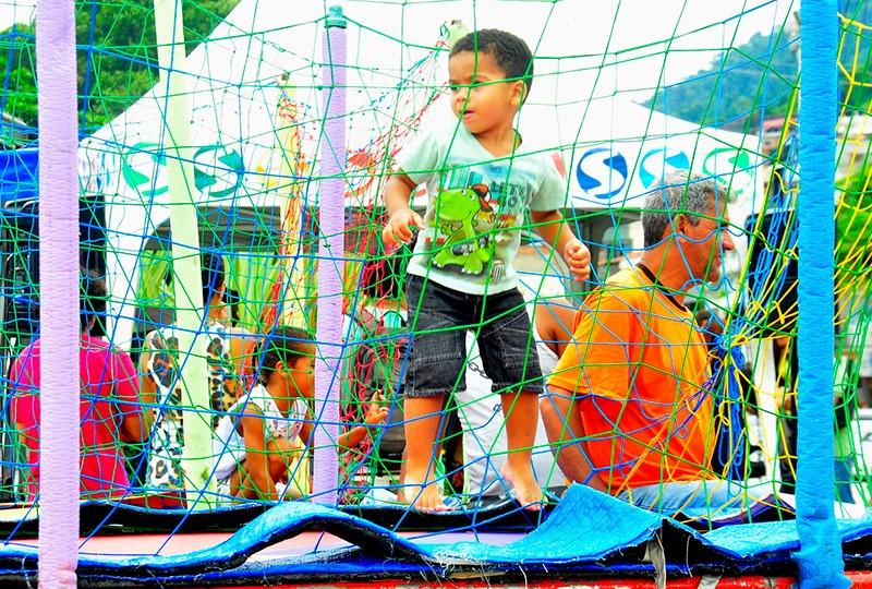 Criança brinca em cama elástica durante evento Estação Digital