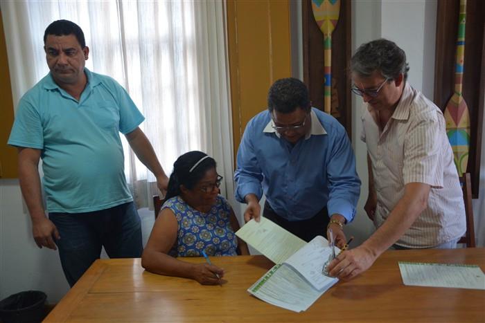 Moradora recebe o título definitivo de propriedade - Foto: Divulgação/PMP