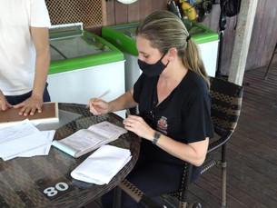 Fiscalização do Comércio analisa documentação de quiosques nas praias de Caraguatatuba