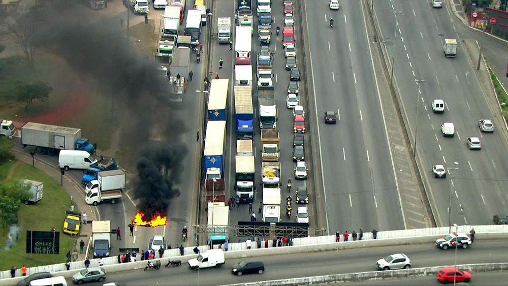 Fogo ateado por manifestantes em protesto dos caminhoneiros na Rodovia Fernão Dias, congestionada no sentido São Paulo. (Foto: Reprodução/TV Globo)