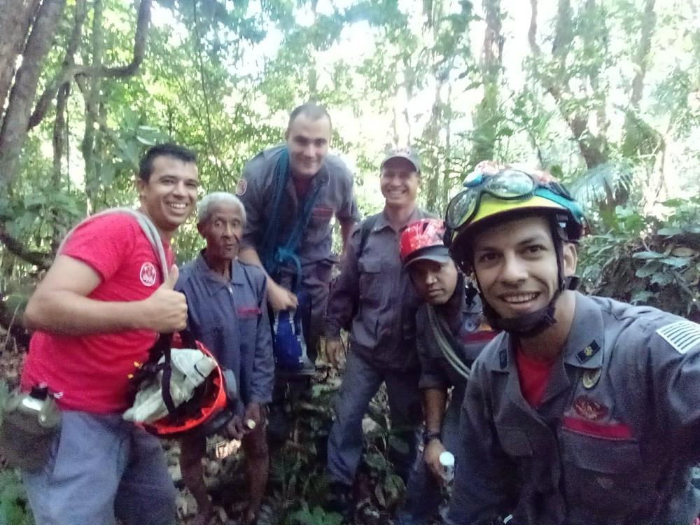 Idoso é resgatado após ficar dois dias perdido na mata de Ubatuba (Foto: Corpo de Bombeiros/ Divulgação)