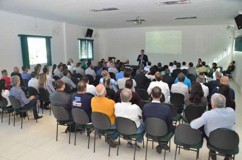 Comerciantes e secretários ouvem a fala do prefeito na Associação Comercial - (Foto: Claudio Gomes/PMC)