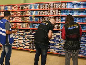Procon notifica quatro supermercados de Caraguatatuba após encontrar irregularidades