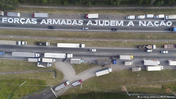 Caminhoneiros bloqueiam a BR-116 nos arredores de São Paulo