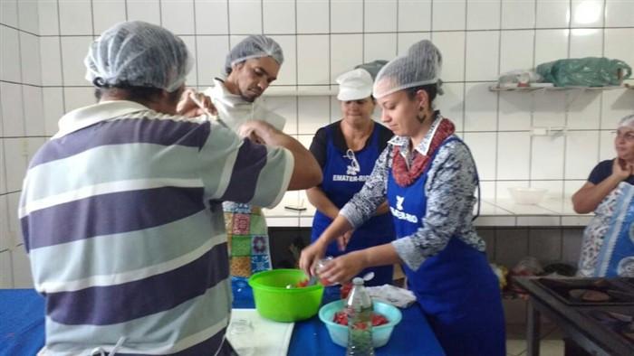 Curso ensinou receitas como conservas de pickles e pimenta, geleias e doce de banana - Foto: Divulgação/PMP