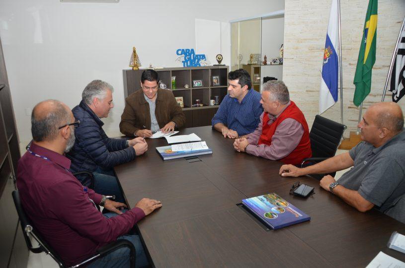 Aguilar Junior assina documento. (Foto: Claudio Gomes/PMC)