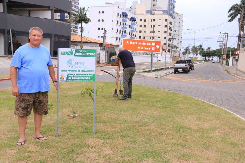 Ari Carlos Barbosa na área verde adotada pela sua empresa - Foto: Luis Gava/PMC