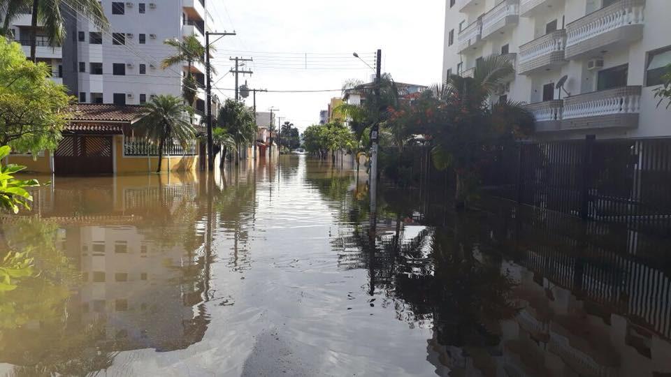 Rua de Ubatuba completamente alagada