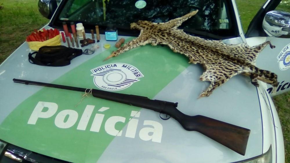 Polícia ambiental apreende arma e materiais usados na caça de animais - Foto: Polícia Militar/Divulgação