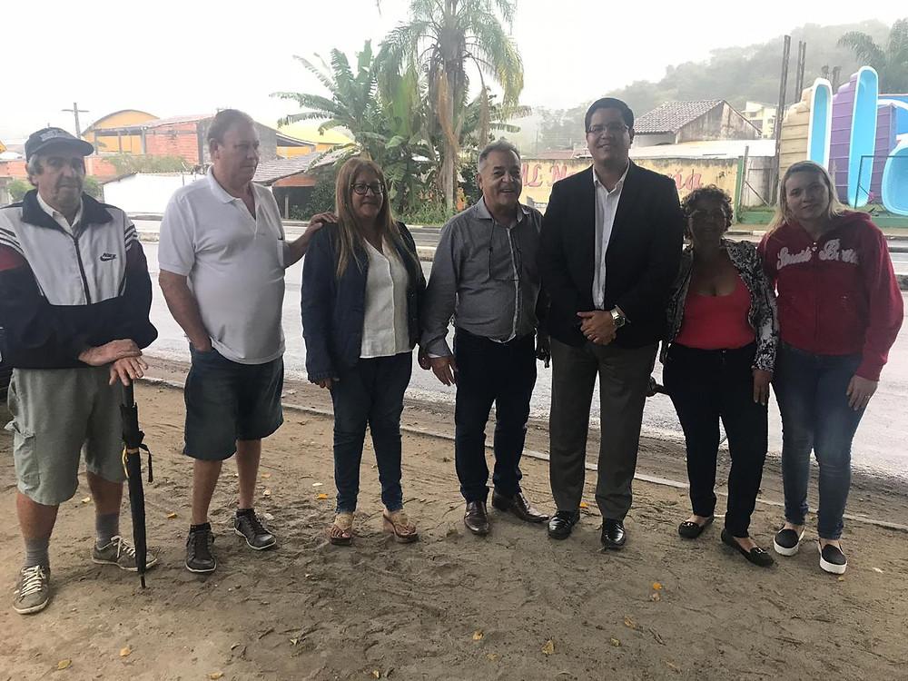 Representantes da Associação de bananeiras posa para foto ao lado do prefeito Aguilar Junior às margens da rodovia dos Tamoios - Foto: Divulgação/PMC