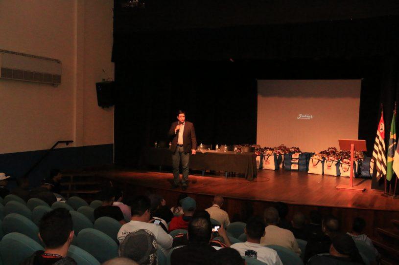 Prefeito Aguilar Junior fala ao público no Auditório da Fundacc - Foto: Luis Gava/PMC