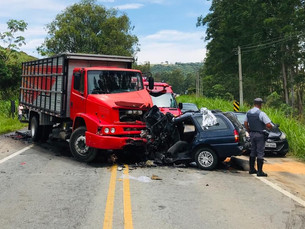 Jovem morre após batida frontal entre carro e caminhão na Oswaldo Cruz em Taubaté