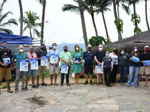 Prefeitura de Ilhabela entrega material em marinas para regras de avistamento de cetáceos