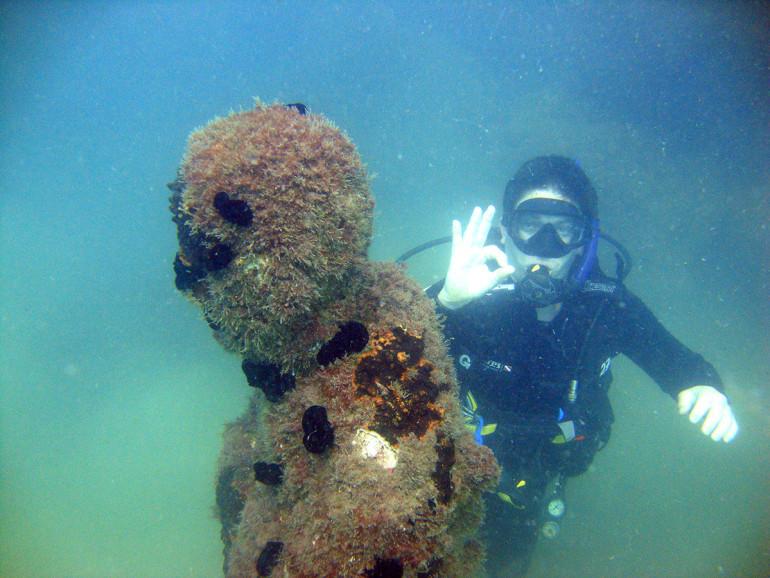Estátua submersa na Praia do Leste