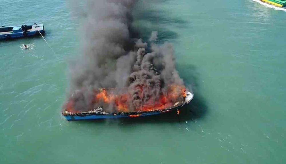Lancha pega fogo no Canal de São Sebastião (Foto: Vanguarda Repórter/Diogo Nobre)