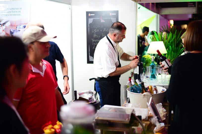 Sommelier abre garrafa de vinho atrás de mesa. (Foto: Claudio Gomes/PMC)
