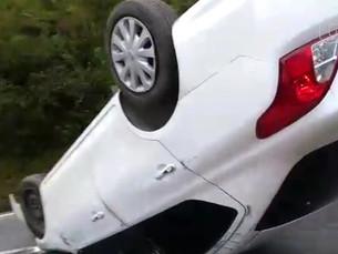 Motorista capota carro na rodovia SP-55 em Caraguatatuba
