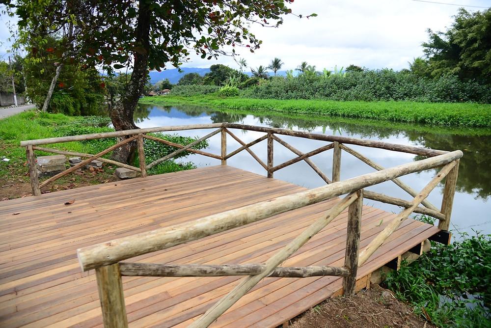 Imagem do deck instalado na beira do rio. - Foto: Cláudio Gomes/PMC