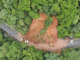 Rodovia Rio-Santos é interditada no trecho de Maresias após queda de barreira