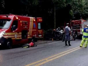 Casal fica ferido após capotar carro na Oswaldo Cruz em Taubaté