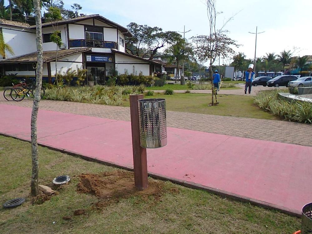 Lixeiras recuperadas na Barra Velha - Foto: Divulgação/PMI