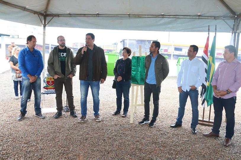 Ao lado de autoridades, prefeito fala ao microfone durante entrega do Ecoponto. - Foto: Luis Gava/PMC