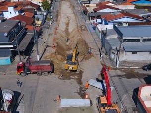 Maior obra drenagem de Caraguatatuba já tem 600 metros de tubos instalados