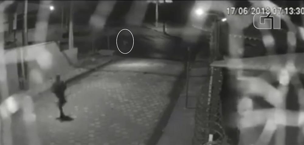 Suspeito correndo atrás da vítima (dentro da elipse branca) - Foto: Fotograma G1