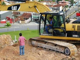 Defesa Civil acompanha retirada de terra em morro do bairro Cidade Jardim, em Caraguatatuba