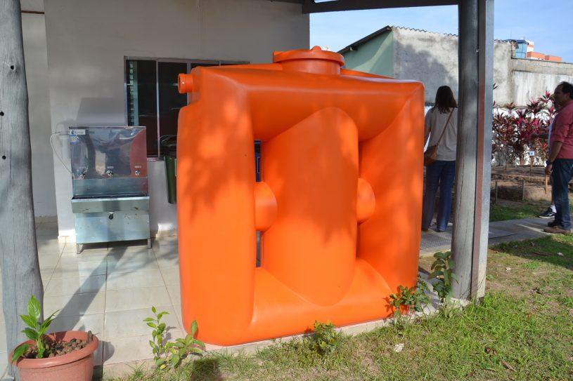 Cisterna posicionada em frente a plantação. - Foto: Sammara Santos/PMC