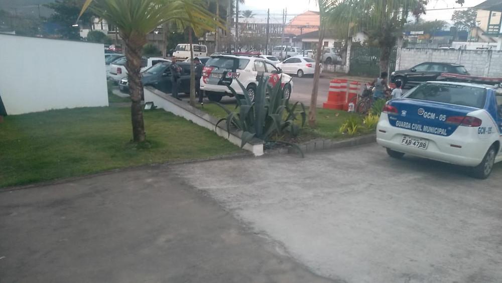 Presença de policiais e guardas municipais na entrada do prédio da Câmara Municipal de Ubatuba - Foto: Divulgação