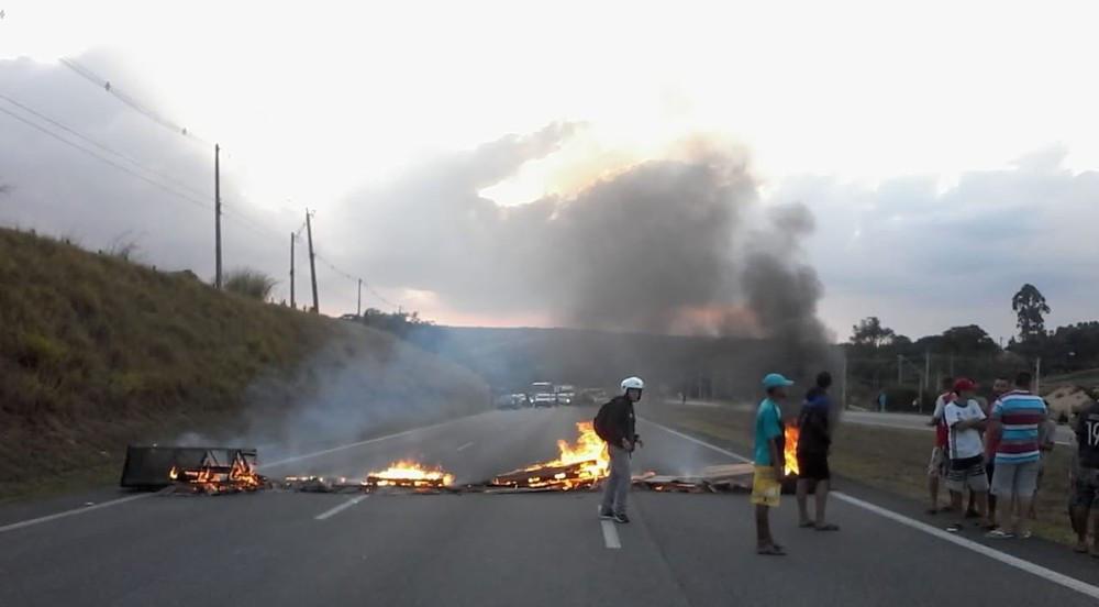 Barreira impediu que veículos circulassem na rodovia dos Tamoios (Foto: Jonathan Morel/TV Vanguarda)