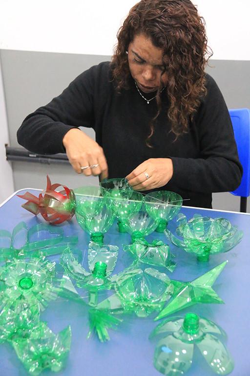 Monitora montando os enfeites à base de pedaços de garrafas PET - Foto: Luis Gava/PMC