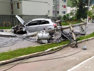 Acidente entre carro e moto derruba poste e deixa três feridos em Angra dos Reis